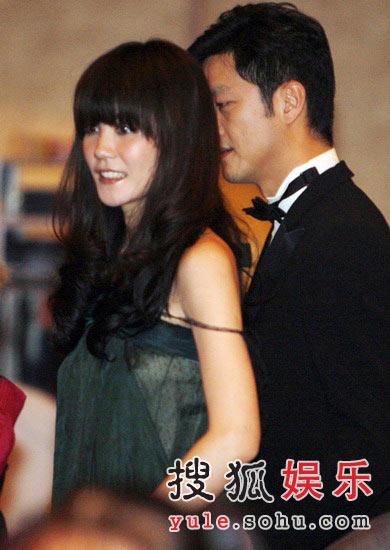 图:王菲身着绿色轻纱礼服