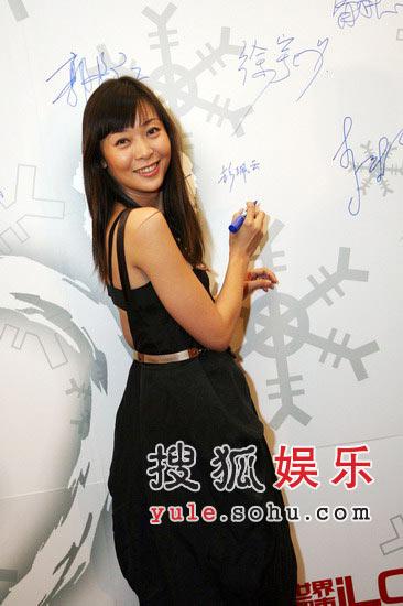图:柯蓝黑色礼服裙亮相