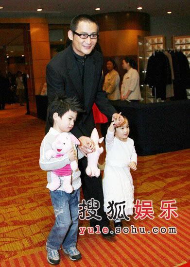图:景冈山与儿子女儿