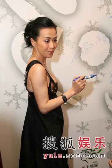 图:刘嘉玲黑色礼服裙秀成熟性感