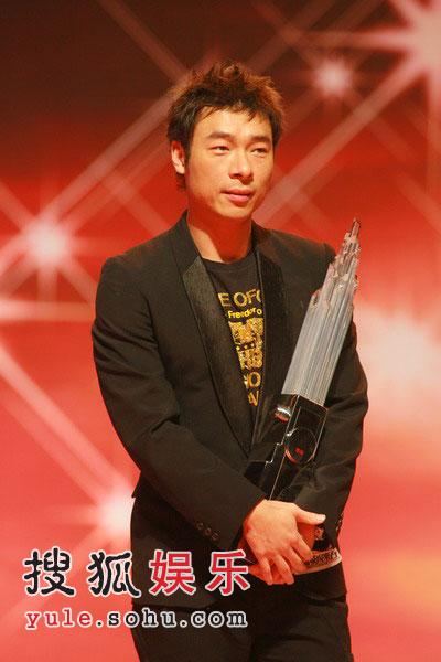 图:现在颁新城劲爆歌曲奖 - 许志安
