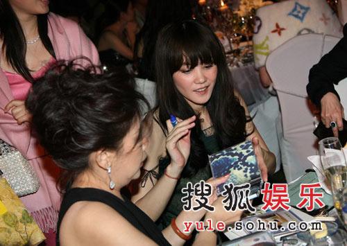 图:王菲与现场嘉宾