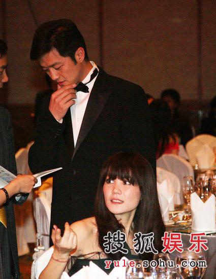 图:王菲与李亚鹏夫妇在现场