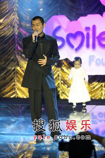 图:景冈山在台上献唱