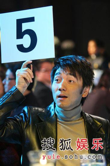 图:林依轮举牌