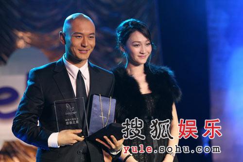 图:黄晓明与李小冉在舞台上