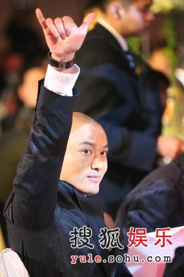 图:黄晓明参加竞拍