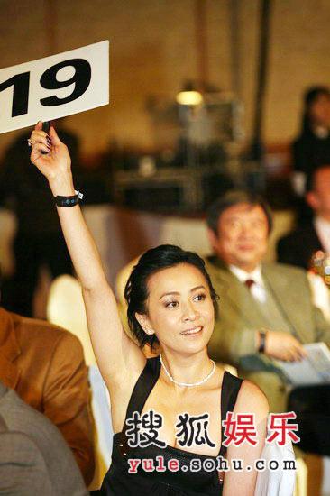 图:刘嘉玲举牌