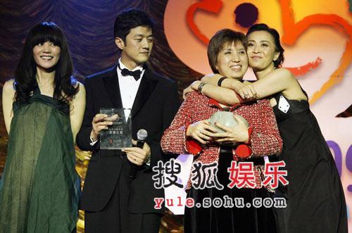 图:王菲李亚鹏在台上 刘嘉玲主动拥抱女善长