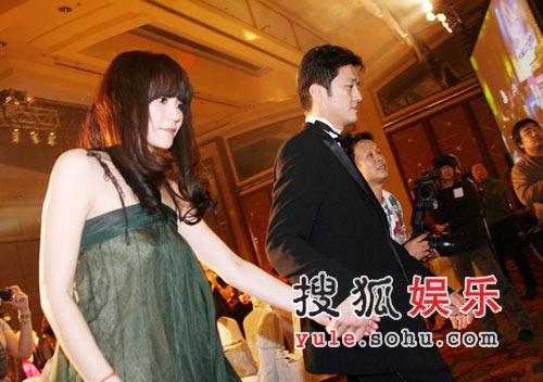 图:王菲与李亚鹏牵手上台