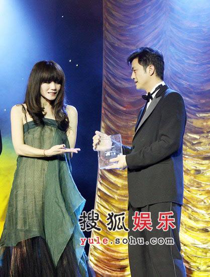 图:王菲与李亚鹏在台上