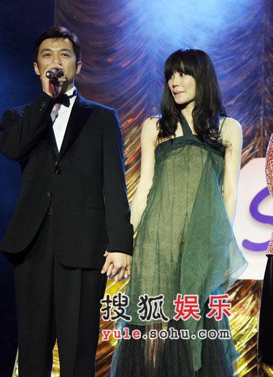 图:李亚鹏在台上发言