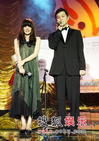 图:王菲李亚鹏上台 答谢到场朋友
