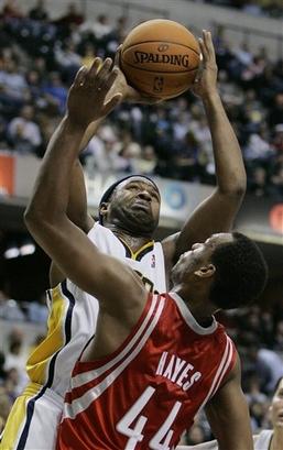NBA图:火箭负步行者 海耶斯遭对手硬吃