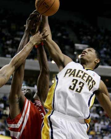NBA图:火箭不敌步行者 格兰格怒摘篮板