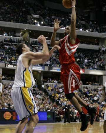 NBA图:火箭不敌步行者 麦迪攻入篮下