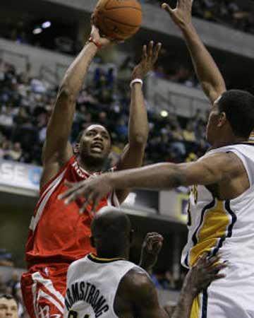 NBA图:火箭不敌步行者 麦迪强行投篮