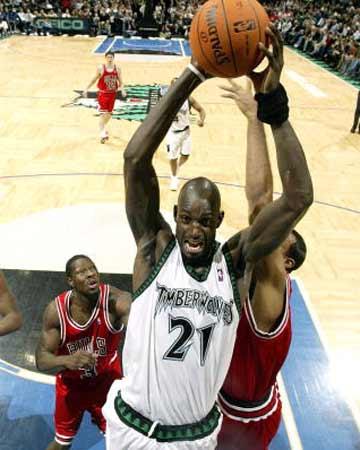 NBA图:常规赛森林狼胜公牛 加内特统治三秒区