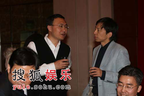 图:张朝阳与光线传媒总裁王长田正在交谈