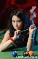 图文:二月丫头台球桌上卖风骚 手握锁链放电