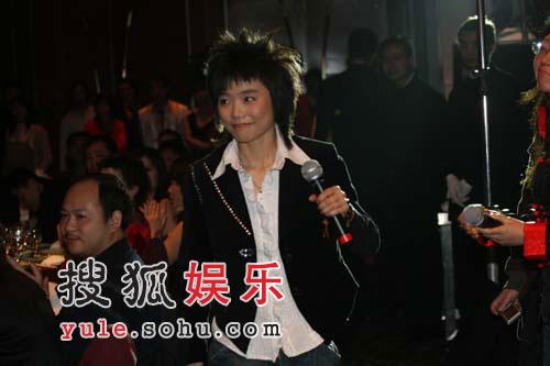 图:《综艺》人物颁奖礼 超女许飞现场演唱