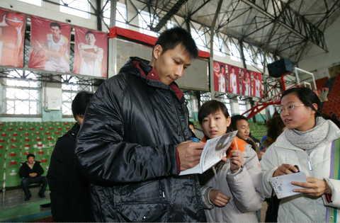 图文:广东队在吉林适应场地 易建联给球迷签名