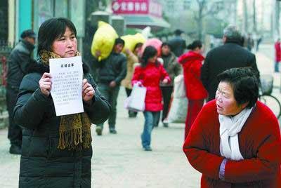 母亲为救尿毒症女儿 跪地乞讨月余后征婚救女