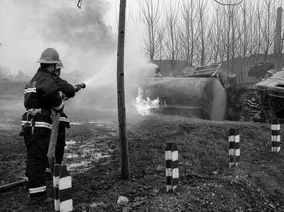 河南一油罐车与火车相撞 燃起大火高达百米(图)