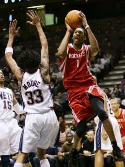 NBA图:火箭对阵篮网 麦迪突破表情狰狞