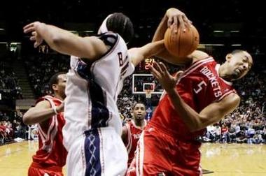 NBA图:火箭对阵网队 霍华德奋力争抢