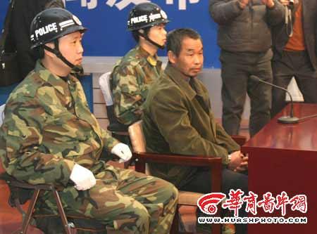 图文:邱兴华被押入法庭