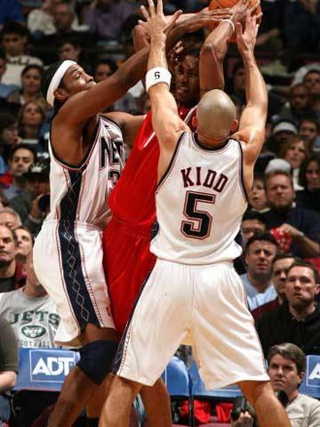 NBA图:常规赛火箭胜网  麦迪遭遇双人包夹