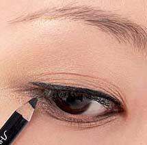 多层眼皮眼线_图解:内双眼皮美眉的魔力眼线-搜狐女人