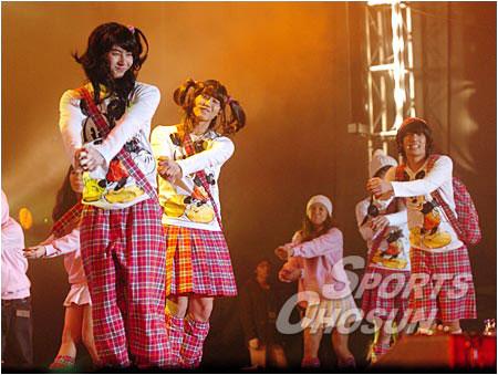 组图:SS501演唱会搞笑扮女装 称FANS为太阳