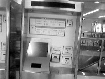 深圳地铁站的自动售票机.(资料图片)-拿公交 I C卡就能坐地铁