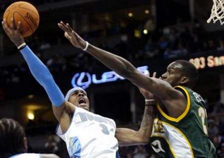 NBA图:常规赛掘金VS超音速 艾弗森上篮无可匹敌