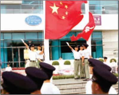 香港回归10年:回国发展者增多 国家认同感上升