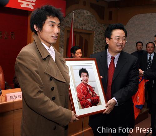 图文:鲁能宣布郑智正式加盟英超 赠送相框纪念
