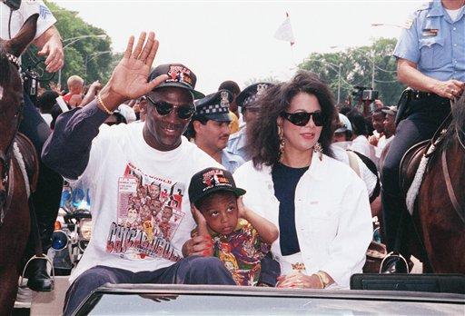 图文:乔丹结束17年婚姻 昔日和妻子共同游行