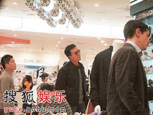胡军香港购物狠过女人 刘嘉玲没在旁陪伴(图)