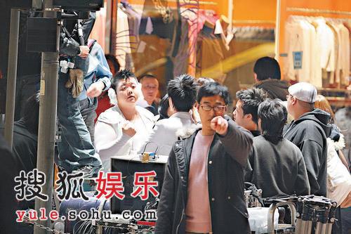 郑中基当导演保安森严 奇装异服闹市狂奔(图)