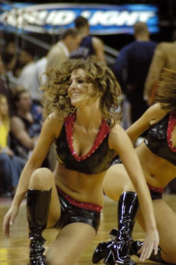 NBA图:常规赛火箭VS老鹰 啦啦队性感迷人