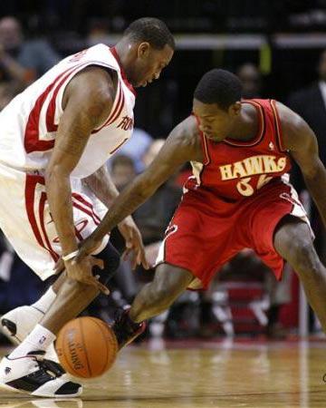 NBA图:常规赛火箭VS老鹰 麦迪带球遭遇抢劫