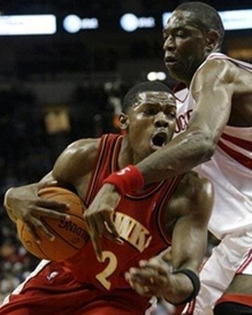 NBA图:常规赛火箭VS老鹰 约翰逊突破老穆防守