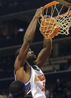 NBA图:常规赛湖人负山猫 奥卡福飞身怒扣