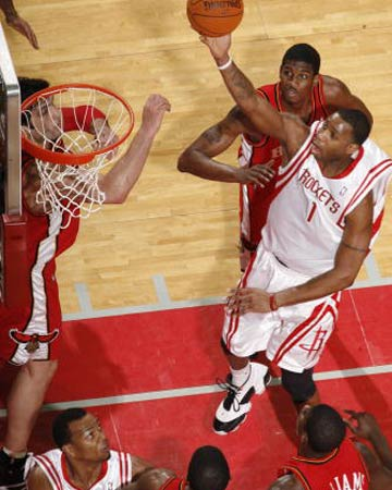 NBA图:常规赛火箭胜老鹰 麦迪攻入篮下