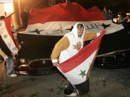 目击者:庆祝群众围着萨达姆尸体跳舞