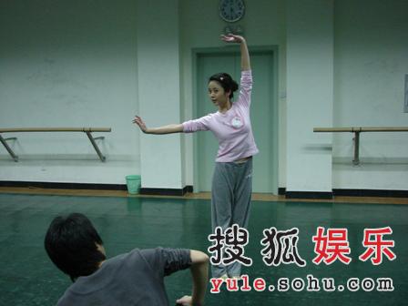北平小姐杨若兮变身 饰大板城的姑娘秀新疆舞