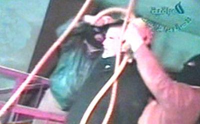 萨达姆/伊拉克国家电视台30日首次播放了萨达姆当日被套上绞索处以绞刑...