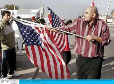 图文:阿拉伯裔美国人庆祝萨达姆被判绞刑